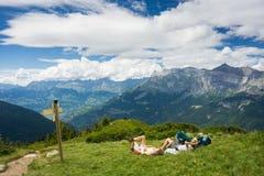 Relaxation totale sur la montagne photographie stock