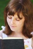 Relaxation.Young piękna dziewczyna czyta książkę plenerową zdjęcie royalty free