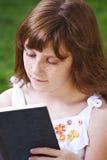 Relaxation.Young piękna dziewczyna czyta książkę plenerową obrazy royalty free