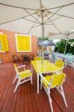 Relaxe assentos e tabela no jardim Imagens de Stock