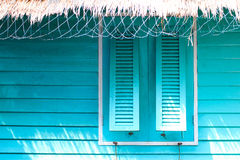 Relaxe com a casa azul no mar, tempo de férias Imagens de Stock