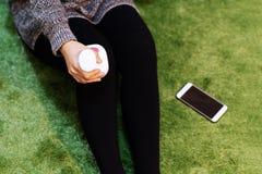 Relaxe e faça massagens, joelho e máquina elétricos da massagem do pé no conceito das mulheres pé, do close up, dos cuidados médi foto de stock royalty free
