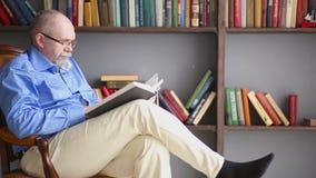 Relaxe e leia dentro a biblioteca filme