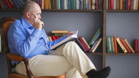 Relaxe e leia dentro a biblioteca video estoque