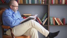 Relaxe e leia dentro a biblioteca vídeos de arquivo