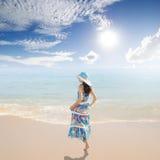Relaxe a mulher que está na praia no krabi Tailândia fotos de stock royalty free