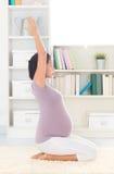 Relaxe a mulher que medita em casa Fotografia de Stock