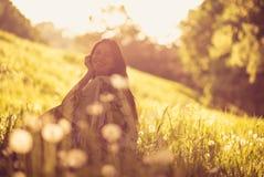Relaxe na natureza Mulher nova 15 fotos de stock royalty free
