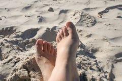 Relaxe na praia no mar Báltico, Polônia da areia foto de stock