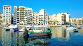 Relaxe no porto da baía de Spinola do ` do St Julians, Malta filme