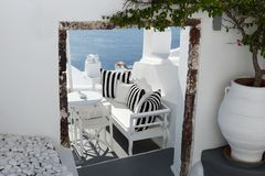 Relaxe o terraço com opinião bonita do mar em Oia, Santorini fotos de stock royalty free