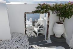 Relaxe o terraço com opinião bonita do mar em Oia, Santorini imagens de stock