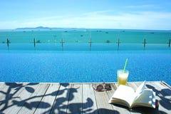 Relaxe a opinião da ilha da piscina do vidro de sol do livro do cocktail Imagem de Stock
