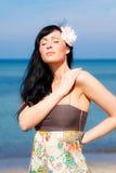 Relaxe a praia da mulher imagem de stock royalty free