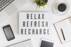 Relaxe, refresque e recarregue no escritório imagem de stock