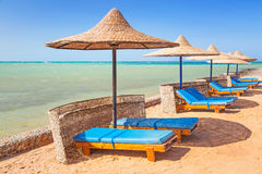 Relaxe sob o parasol na praia Fotos de Stock Royalty Free