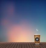 Relaxe, tempo de férias, feriado, assoalho de madeira da textura com fundo natural do cenário da skyline da noite com copo de caf Imagens de Stock