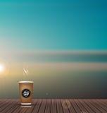 Relaxe, tempo de férias, feriado, balcão de madeira do assoalho da textura com fundo do cenário da natureza da skyline, com copo  Imagem de Stock