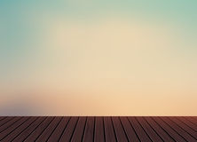 Relaxe, tempo de férias, feriado, balcão de madeira do assoalho da textura com luz da manhã - céu azul no fundo do cenário da nat Imagem de Stock Royalty Free