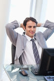 Relaxed бизнесмен работая с компьютером стоковое фото rf