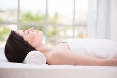 Relaxed женщина в центре спы Стоковые Изображения