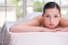 Relaxed женщина в центре спы стоковая фотография