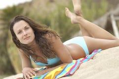 Relaxed женщина лежа на пляже Стоковая Фотография RF