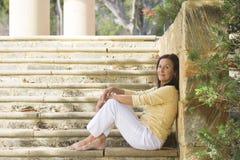 Relaxed уверенно зрелая женщина напольная Стоковые Изображения RF