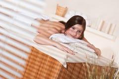 relaxed детеныши женщины здоровья терапией спы Стоковая Фотография