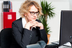 Relaxed beautiful corporate woman Royalty Free Stock Photography