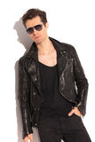 Relaxed fashion man in leather jacket and sunglasses Royalty Free Stock Photos