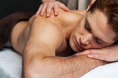 Relaxed man getting his back massaged Royalty Free Stock Photos