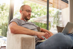 Relaxed mature man using laptop at home Royalty Free Stock Photos