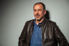 Relaxed smiling mature casual man in leather jacket Royalty Free Stock Photos