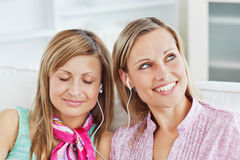 Relaxed two female friends listening to music Royalty Free Stock Images