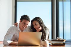 Relaxed young couple working on laptop computer at home Royalty Free Stock Photos
