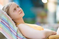 Relaxin de jeune femme dans la présidence en stationnement d'aqua Photo libre de droits
