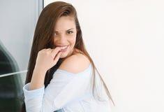 Relaxin mignon de jeune femme à la maison dans le chandail mou confortable Photo stock