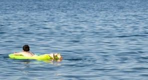 Relaxin op zee stock afbeeldingen