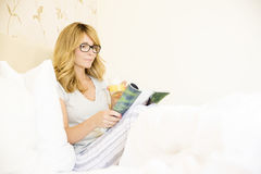 Relaxing morning in bed Royalty Free Stock Photography