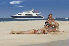 Relaxong delle ragazze sulla spiaggia Fotografie Stock