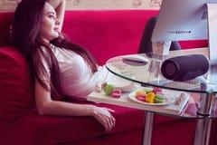 Relaxtion dzień z przenośnym mówcą, kawą i macaroons, Zdjęcia Royalty Free
