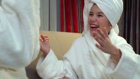Relazione amorosa legante di divertimento di svago della famiglia video d archivio
