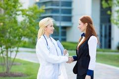Relazione del paziente di medico Stretta di mano Immagini Stock Libere da Diritti