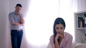 Relazioni di crisi della famiglia, ritratto della femmina frustrata dopo il litigio con il tipo su fondo unfocused nella stanza l archivi video