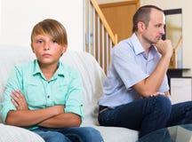 Relazioni di discussione figlio e del papà infelici Immagini Stock