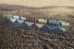 Relection de las chozas de la playa en la playa de Southwold, Suffolk, Inglaterra Imágenes de archivo libres de regalías
