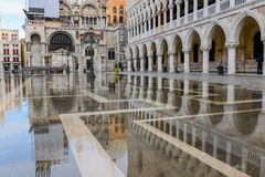 Relection de Palais des Doges à Venise Image libre de droits