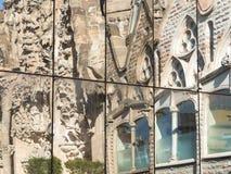 Relefection von Sagrada Familia im modernen Glasfenster und im Himmel Stockbilder