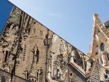 Relefection von Sagrada Familia im modernen Glasfenster und im Himmel Lizenzfreies Stockbild
